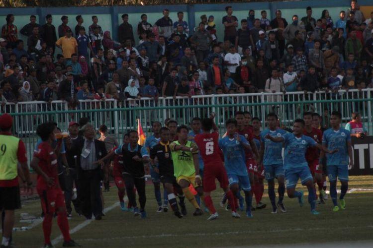 Kericuhan terjadi antar pemain Persibangga Purbalingga dengan tuan rumah PSCS Cilacap dalam laga kelima grup 3 Liga 2 di Stadion Wijaya Kusuma, Rabu (17/5/2017)