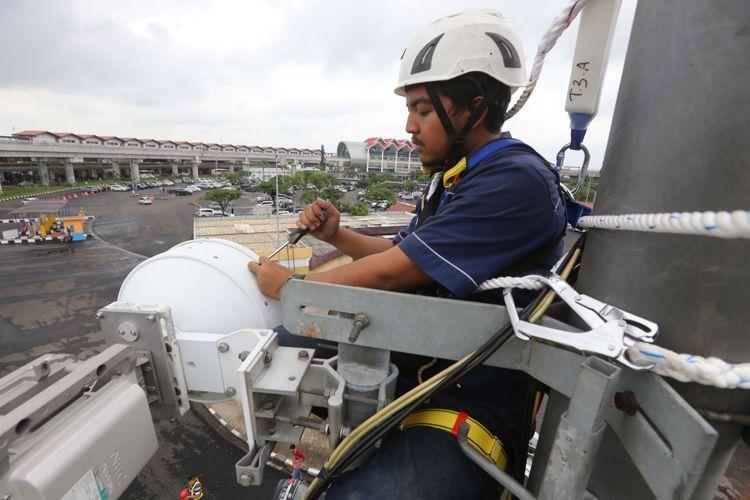 Ilustrasi: Teknisi PT XL Axiata Tbk ( XL Axiata ) melakukan pemeriksaan terhadap perangkat telekomunikasi di salah satu monopole di area Terminal 2 Bandar Udara Soekarno Hatta, tangerang, Banten, beberapa waktu lalu.