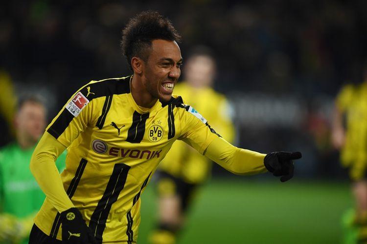 Striker Borussia Dortmund asal Gabon, Pierre-Emerick Aubameyang, melakukan selebrasi setelah mencetak gol ke gawang FC Ingolstadt dalam pertandingan di Signal Iduna Park, Dortmund, Jumat (17/3/2017).