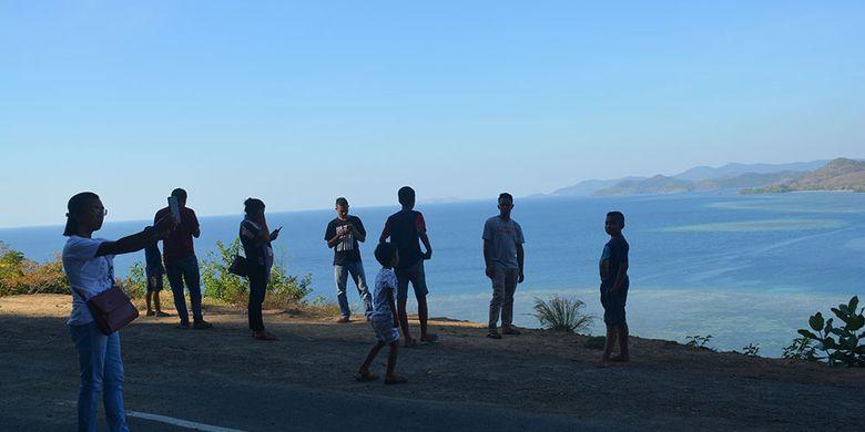 Wisatawan Nusantara asal Papua dan Manggarai Timur berswafoto di Pantai utara dari Kota Labuan Bajo, Jumat (26/7/2019). Pantai utara merupakan destinasi baru yang terus dikembangkan sejalan dengan akses jalan berstatus jalan strategis Nasional.