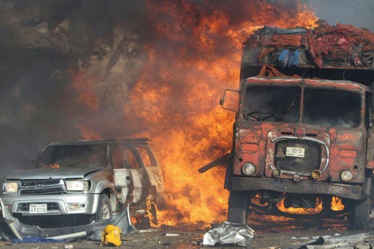 Kendaraan-kendaraan terbakar di lokasi kejadian ledakan besar di depan Hotel Safari di Mogadishu, Somalia, pada Sabtu (14/10/2017). Akibat ledakan itu, 189 orang tewas dan 200 orang terluka.