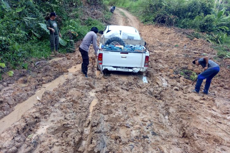 Kondisi jalanan utama di Krayan, banyak jalanan menjelma lumpur saat musim hujan, sehingga selain harga Sembako mahal, ongkos angkut dirasa kian mencekik warga perbatasan RI Malaysia di tengah pandemi covid 19