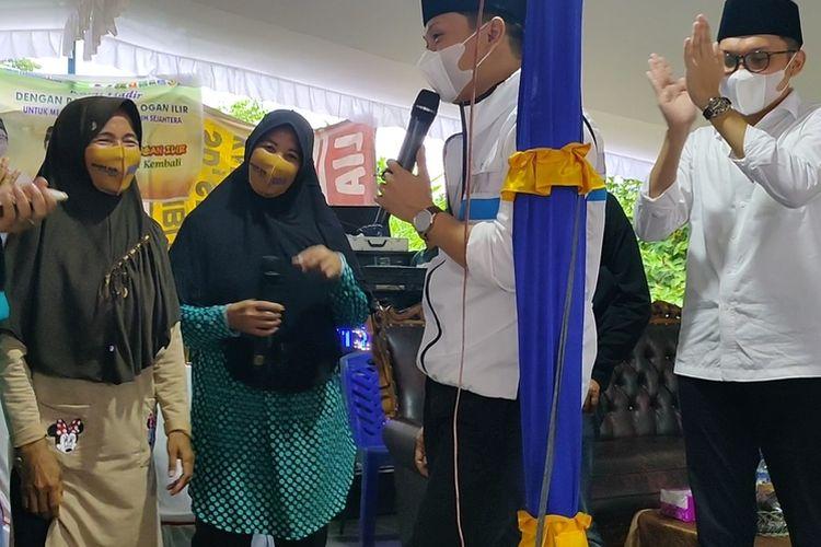 Warga Melantunkan pantun di hadapan calon Bupati Ogan Ilir Panca Wijaya Akbar dan yang paling baik dan lucu diberi hadiah.