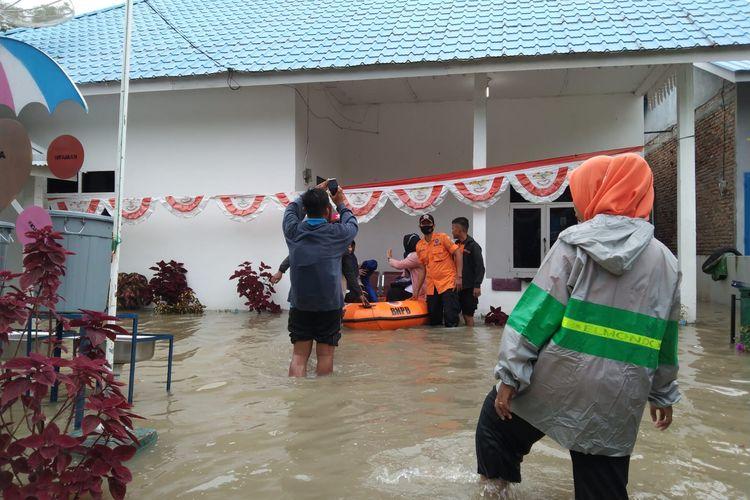 Ribuan rumah terendam dan ratusan orang terpaksa mengungsi akibat bencana banjir di Kabupaten Batu Bara, Sumatera Utara.
