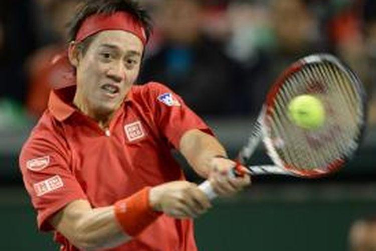 Petenis Jepang, Kei Nishikori mengembalikan bola ke arah petenis Kanada, Peter Polansky pada partai pertama babak pertama Davis Cup, di Tokyo, Jumat (31/01/2014).