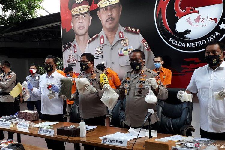 Kapolda Metro Jaya Irjen Pol Nana Sudjana (kedua kiri) perlihatkan barang bukti yang disita dari sindikat produsen dan pengedar liquid vape yang mengandung narkotika jenis tembakau gorila.
