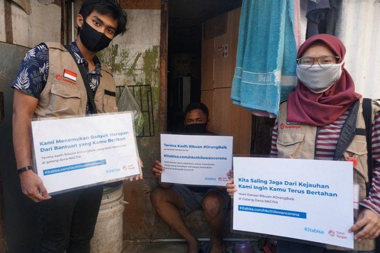 Relawan TurunTangan menyalurkan bantuan kepada masyarakat miskin di wilayah Jakarta melalui gerakan #BayarinKontrakan, Rabu (29/7/2020)