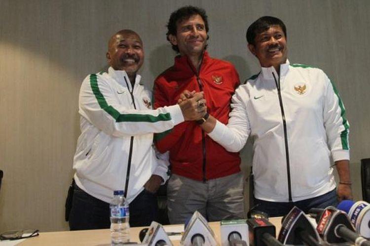 Pelatih tim nasional Indonesia, Luis Milla (tengah).