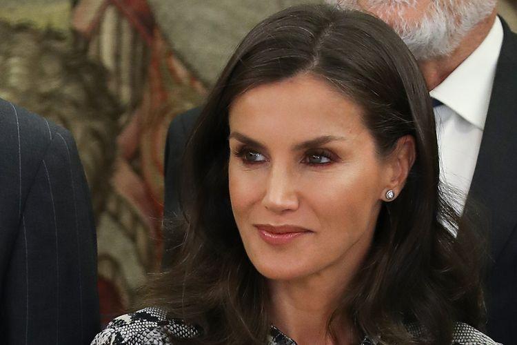 Ratu Spanyol ini terlihat mendampingi sang suami, Raja Filipe di Istana Zarzuela, Madrid untuk resepsi menyambut delegasi Kamar Dagang Eropa dan Akademi Dermatologi dan Venereologi Spanyol.