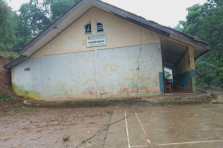 Salah satu sekolah SDN Banar 02 yang terdampak bencana banjir dan tanah longsor di Desa Harkat Jaya, Kecamatan Sukajaya, Kabupaten Bogor, Jawa Barat, Senin (6/1/2020).