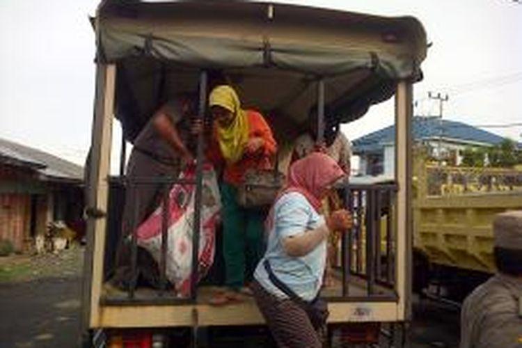 Mbok Darmi pasrah dagangannya diangkut Pol PP karena jualan di bahu jalan. Mengaku sepi berjualan di Pasar Inhutani, Mbok Darmi nekat menggelar dagangan di bahu jalan.