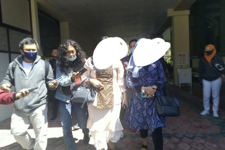 HHH (baju putih), ASN salah satu rumah sakit yang chat pribadinya viral dengan Sekda Bondowoso Syaifullah mendatangi kantor DPRD, Kamis (27/8/2020)