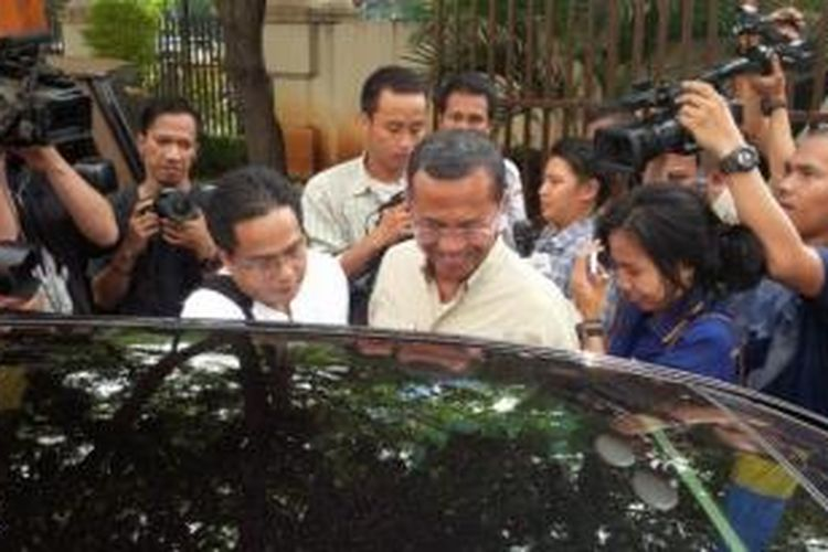 Mantan Direktur Utama PT PLN, Dahlan Iskan, memasuki mobil seusai menjalani pemeriksaan sebagai tersangka kasus dugaan korupsi pembangunan Gardu Induk listrik, di kantor Kejaksaan Tinggi DKI Jakarta, Jakarta, Jumat (5/6/2015).