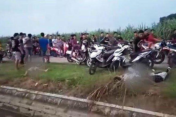 Tiga orang tergeletak seusai ditabrak pelaku balap motor liar. (Surya.co.id/ David Yohanes)