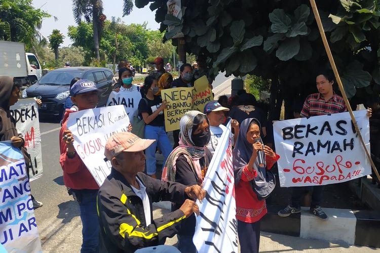 Warga korban gusuran yang tergabung dalam Forum Korban Penggusuran Bekasi (FKPB) kembali menggeruduk Badan Pertanahan Nasional (BPN) Kota Bekasi di Jalan Khairil Anwar, Bekasi Timur, Rabu (11/9/2019).
