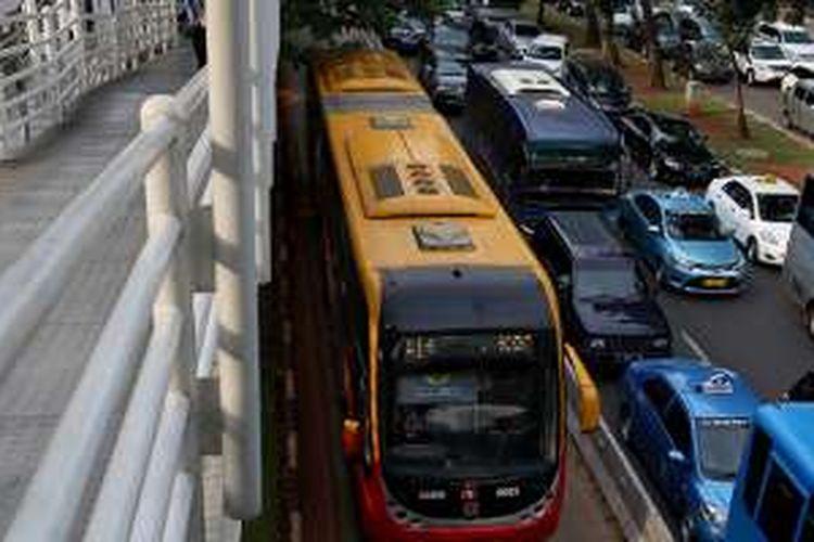 Bus transjakarta melintas di busway di Jalan Jenderal Sudirman, Jakarta Pusat, Senin (13/6/2016). Pemprov DKI Jakarta telah mencanangkan akan menilang dan mendenda bagi kendaraan umum yang menerobos jalur bus transjakarta mulai hari ini. Hanya kendaraan tertentu yang boleh melintas, yakni ambulans, mobil pemadam kebakaran, dan mobil dinas berpelat RI.
