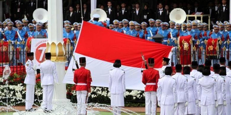 Pasukan Paskibraka bertugas menaikan Bendera Merah Putih dalam Upacara Peringatan Detik-detik Proklamasi HUT ke-70 RI di Istana Merdeka, Senin (17/8/2015).