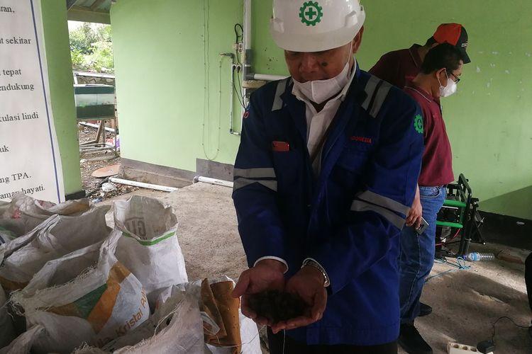 PLH Manager PLTU Jeranjang, Nandang Safrudin menunjukkan pelet hasil pengolahan sampah yang dimanfaatkan sebagai bahan bakar PLTU, Selasa (11/2/2020)
