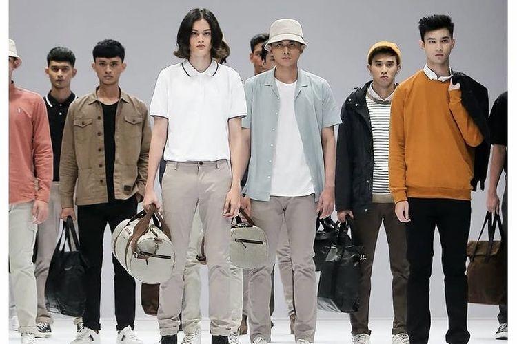 Fashion show koleksi busana pria siap pakai dari Warning Clothing di JFW 2021.