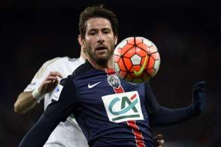 Pemain belakang Paris Saint-Germain, Maxwell, mengontrol bola saat melawan Olympique Lyon pada babak 16 besar Piala Perancis di Stadion Parc des Princes, 10 Februari 2016.