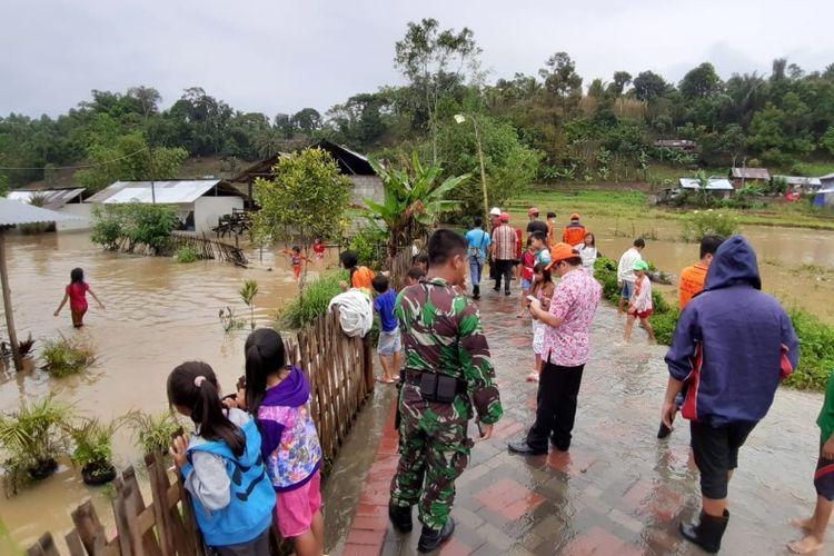 Rumah milik 78 kepala keluarga (KK) di Kelurahan Papakelan, Kecamatan Tondano Timur, Kabupaten Minahasa, Sulawesi Utara, terendam banjir pada Kamis (25/4/2019).
