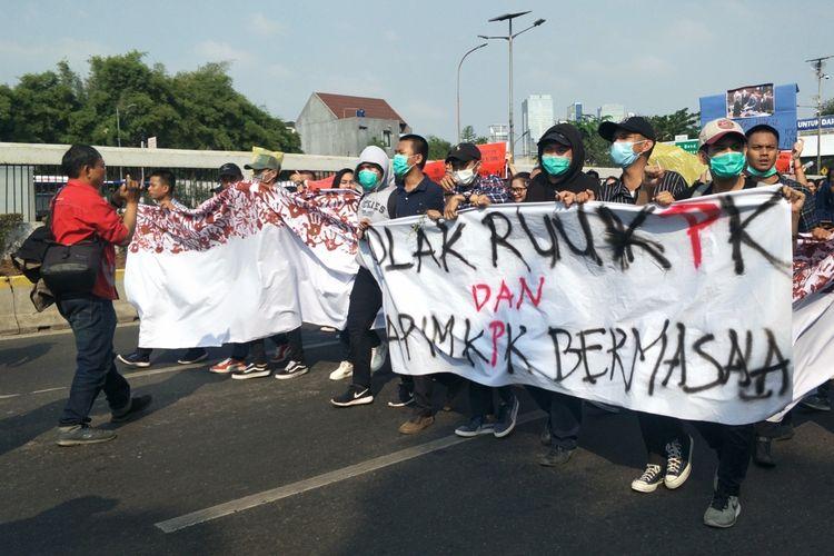 Ratusan mahasiswa dari berbagai universitas kembali menggelar aksi unjuk rasa menolak pengesahan revisi Undang-Undang Komisi Pemberantasan Korupsi (UU KPK) dan Kitab Undang-Undang Hukum Pidana (KUHP), Kamis (19/9/2019).  Mereka memenuhi halaman depan kompleks gedung DPR hingga ruas Jalan Gatot Subroto, Senayan, Jakarta.