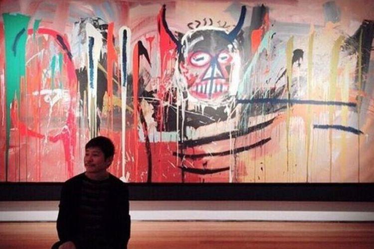 Yusaku Maezawa berpose di depan lukisan yang sudah menjadi miliknya.