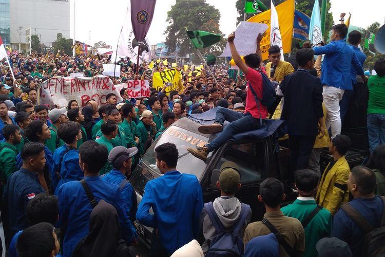 Ribuan mahasiswa di Purwokerto menggelar aksi menolak revisi KUHP dan KPK di Alun-alun Purwokerto, Jawa Tengah, Senin (23/9/2019).