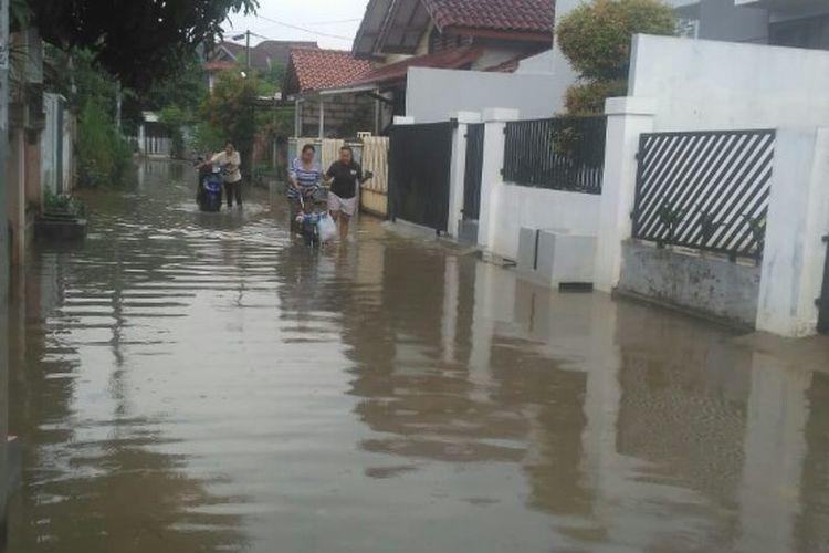 Hujan deras yang mengguyur wilayah Jabodetabek, membuat Perumahan Ciputat Baru, Ciputat, Tangerang Selatan, Senin (27/1/2028) terendam banjir.