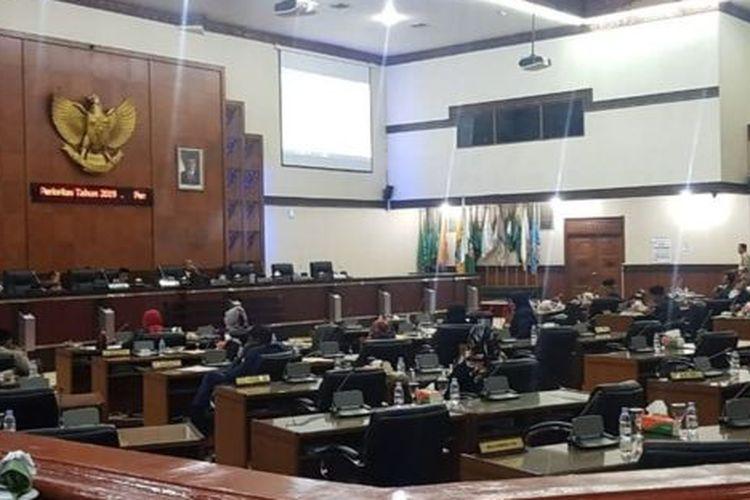Pembahasan qanun DPR Aceh yang berlangsung sampai larut malam pada Jumat (27/09).