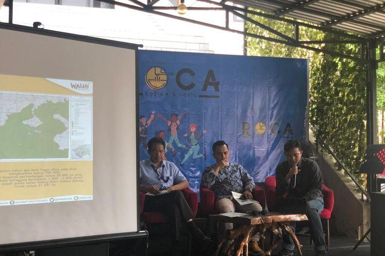 Direktur Eksekutif Walhi Sumsel, M Hairul Sobri (kanan) memberikan penjelasan terkait kondisi alam di Sumatera Selatan yang makin kritis, akibat perusakan lingkungan. Bahkan, sudah dua pulau di Kabupaten Banyuasin hilang, Selasa (14/1/2020).
