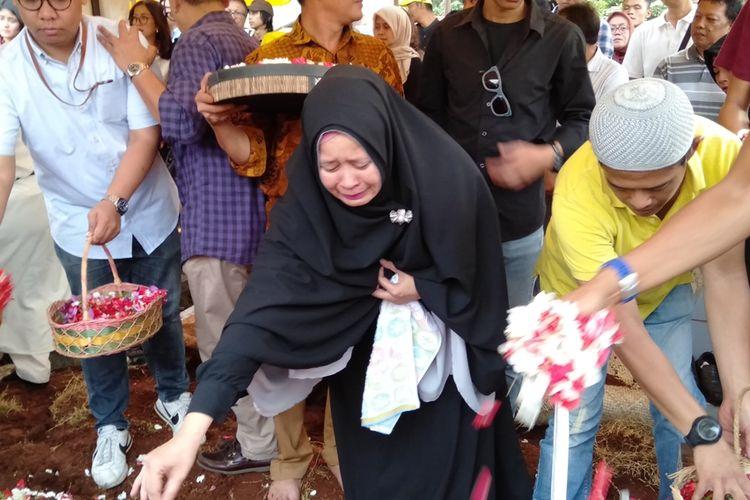 Detik detik pemakaman Edi Chandra Purnama alias Pupung dan Muhammad Adi Pradana di TPU Jeruk Purut, Pasar Minggu, Jakarta Selatan, Jumat (30/8/2019)