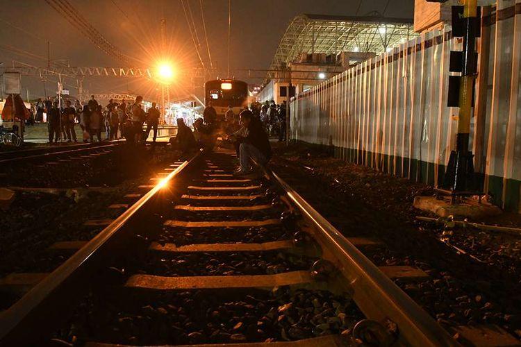 Sejumlah calon penumpang menunggu KRL di Stasiun Manggarai, Jakarta, Selasa (29/10/2019). Peristiwa tawuran yang terjadi di sekitar Manggarai menyebabkan perjalanan KRL terganggu hingga menyebabkan penumpukan penumpang di sejumlah stasiun.