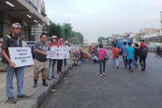 Aksi Nekat Koalisi Pejalan Kaki Kampanyekan Tertib Berlalu Lintas