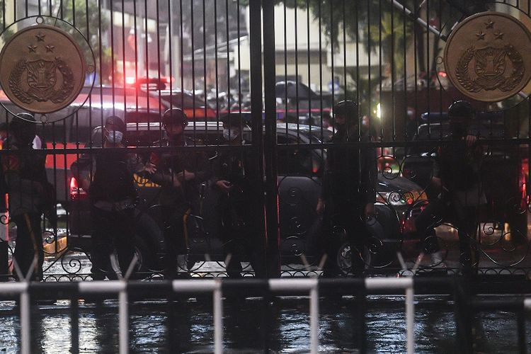 Police in bulletproof vests and assault rifles guard the Indonesian National Police Headquarters in Jakarta, hours after a woman carried out a lone wolf attack aimed at National Police Chief General Listyo Sigit Prabowo on Wednesday, (31/3/2021).  ANTARA FOTO/Muhammad Adimaja/wsj.