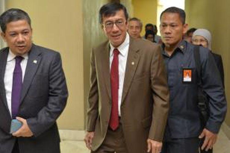 Hadiri Rapat Paripurna DPR - Menteri Hukum dan HAM Yasonna H Laoly (tengah) bersama Wakil Ketua DPR Fahri Hamzah (kiri) bergegas memasuki ruang Rapat Paripurna DPR, Senayan, Jakarta, Rabu (26/11). Yasonna menjadi menteri pertama dari Kabinet Kerja Presiden Joko Widodo yang menghadiri rapat bersama anggota DPR.