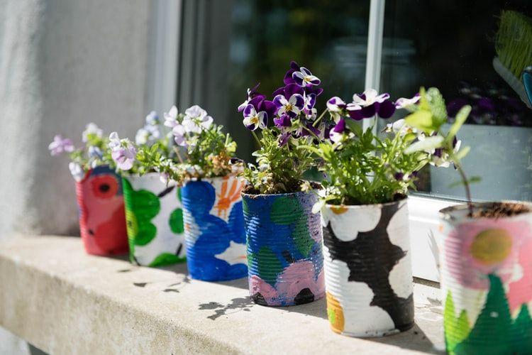 Kaleng bekas dapat dihias menjadi cantik dan dimanfaatkan kembali untuk pot tanaman hias.