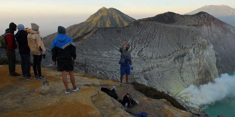 Wisatawan berswafoto dengan latar Kawah Ijen, di Banyuwangi, Jawa Timur, Minggu (22/10/2017).
