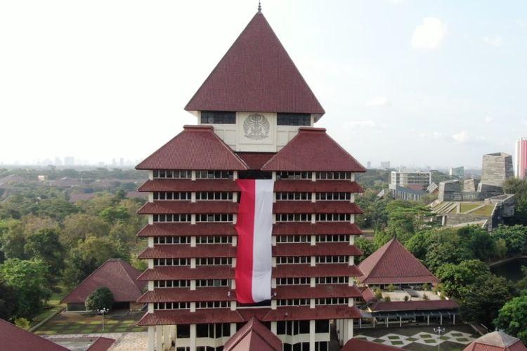 Kain merah putih raksasa membentang di Gedung Rektorat Universitas Indonesia, Depok, Jawa Barat. Pemasangan kain merah putih tersebut dilakukan oleh delapan anggota Unit Kegiatan Mahasiswa (UKM) Mapala UI.