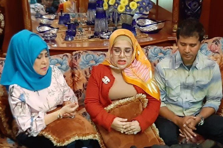 (Kiri) Elvi Sukaesih dengan putrinya Fitria Sukaesih (tengah) saat ditemui di rumahnya di kawasan Pasar Minggu, Jakarta Selatan, Selasa (8/10/2019).