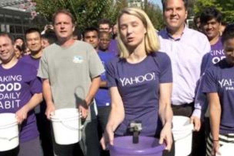CEO Yahoo Marissa Mayer bersiap menuang seember air ke kepalanya sendiri dalam rangka memenuhi Ice Bucket Challenge