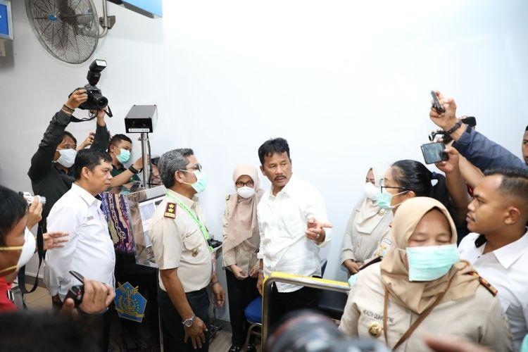 Kepala BP Batam HM Rudi meninjau langsung ke Bandara Internasional Hang Nadim, Batam, Kepri untuk memastikan antisivasi terhadap virus Corona. Selain ke Bandara, peninjauan juga dilakukan ke Pelabuhan Ferry Internasional yang ada di Batam.