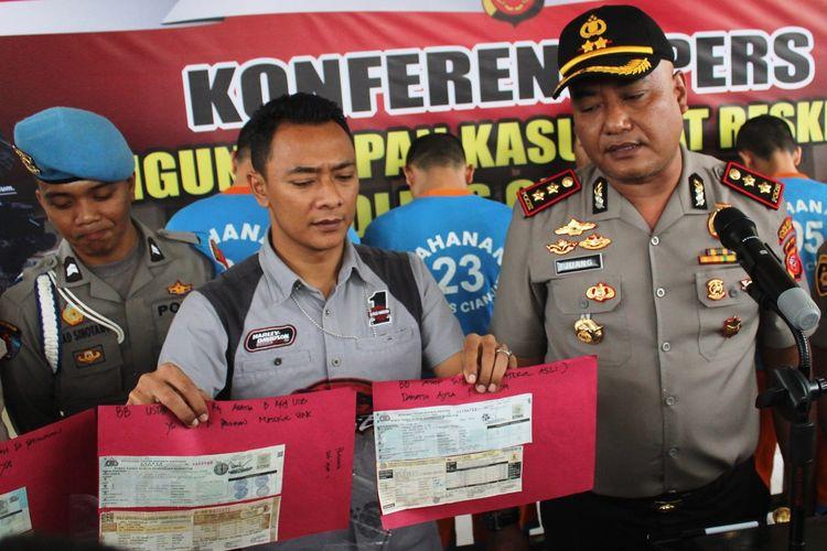 Kasatreskrim Polres Cianjur AKP Niki Ramdhany memerlihatkan STNK asli tapi palsu yang diproduksi sindikat pemalsu STNK yang berhasil diungkap. Lima orang telah ditahan dan dijadikan tersangka.