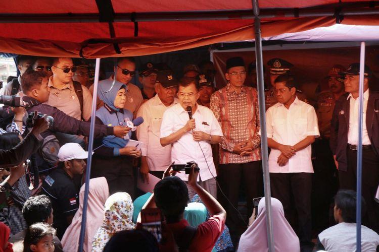 Wakil Presiden RI Jusuf Kalla saat mengunjungi pengungsi di Lombok Barat.