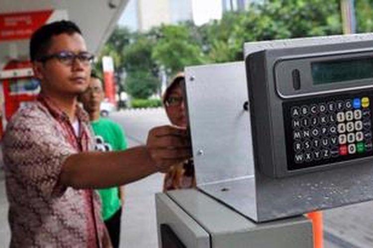Petugas PT Industri Telekomunikasi Indonesia (Inti) menjajal alat monitoring dan pengendalian BBM subsidi di SPBU Jalan Abdul Muis, Jakarta, Selasa (7/5/2013). PT Inti merupakan perusahaan yang mendapat proyek pengadaan dan pemasangan alat pengendalian BBM untuk sekitar 100 juta kendaraan, 5.027 SPBU, dan 92.000 nozel. Saat ini alat tersebut sedang diuji coba di tiga SPBU di Jakarta.
