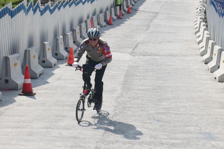 Kakorkantas Polri Irjen Pol Royke Lumowa mengayuh sepeda lipat kecil melintasi tanjakan jembatan Kali Kenteng, ruas jalan tol fungsional Salatiga-Kartasura, Selasa (12/6/2018) sore. Kakorlantas hendak menunjukkan bahwa Tanjakan Kali Kenteng layak dilintasi dan tanjakannnya tidak terlalu curam.