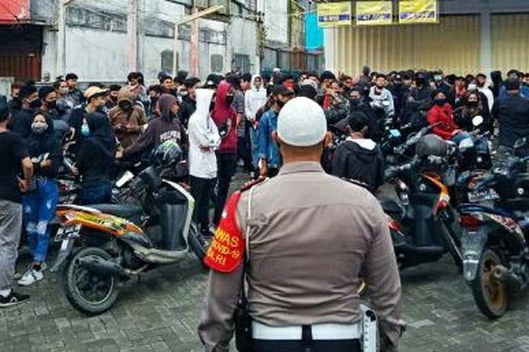 Puluhan pelajar kedapatan ikut unjuk rasa tolak UU Cipta Kerja di Banjarmasin, Kalsel, Kamis (15/10/2020). Mereka terpaksa diamankan dan dibawa Mapolresta Banjarmasin.