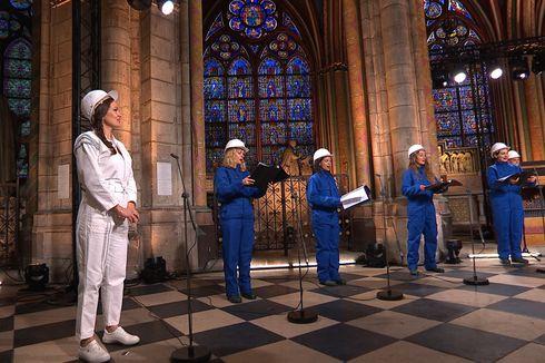 Tampil di Gereja Notre Dame Pasca Kebakaran, Anggota Paduan Suara Pakai Helm Pelindung