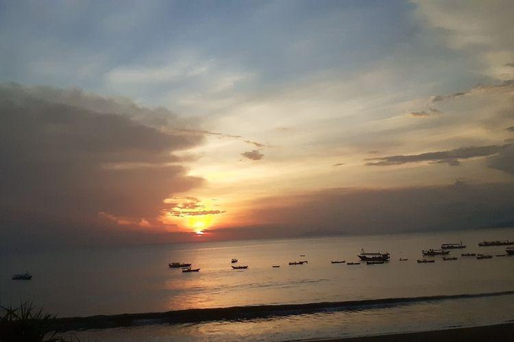Matahari terbenam di Pantai Borong, Kelurahan Kota Ndora, Kecamatan Borong, Kabupaten Manggarai Timur, Nusa Tenggara Timur, Sabtu, (14/3/2020). (KOMPAS.com/MARKUS MAKUR)