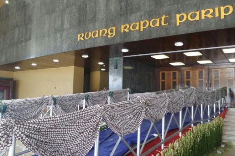 Sejumlah warga menyerbu masuk ke halaman Kantor DPP Partak Gerindra di Jalan RM Harsono, Ragunan, Jakarta Selatan, jelang nonton bareng hasil quick count Pilkada DKI Jakarta di Kantor DPP Partai Gerindra, Rabu (15/2/2017)
